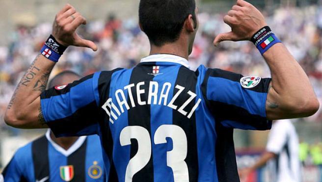 Materazzi reivindica su apellido tras anotar uno de los dos goles que firmó con el Inter. (CARLO FERRERO / EFE)