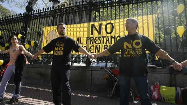 La Plataforma Contra el Préstamo de Pago en Bibliotecas convocó el domingo a bibliotecarios, escritores y lectores para formar una cadena de protesta alrededor de la Biblioteca Nacional.