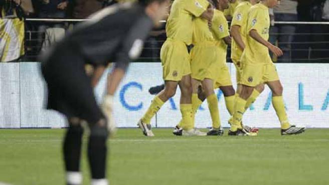 El portero del Barça, Víctor Valdés, cabizbajo mientras los jugadores del Villarreal celebran un gol. (Efe)