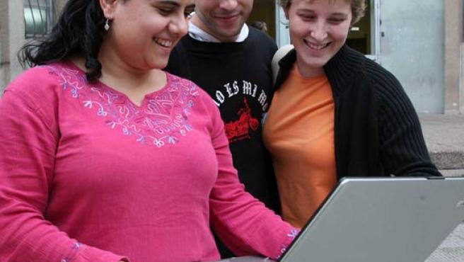 Tres estudiantes, probando el funcionamiento de una conexión Wi-Fi.
