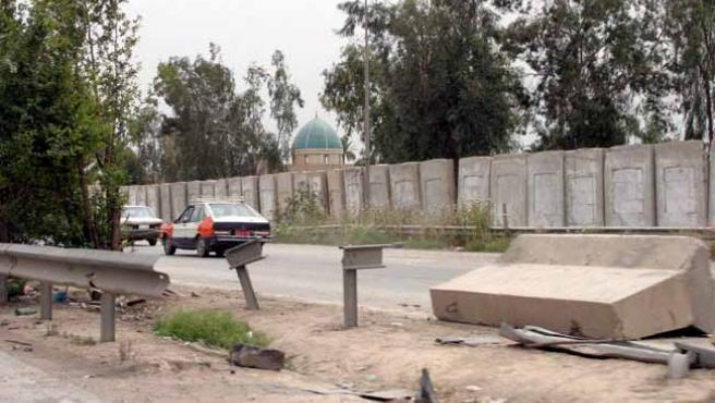 Vista exterior del muro de hormigón que rodea el distrito suní de Azamiyah en Bagdad. (EFE)