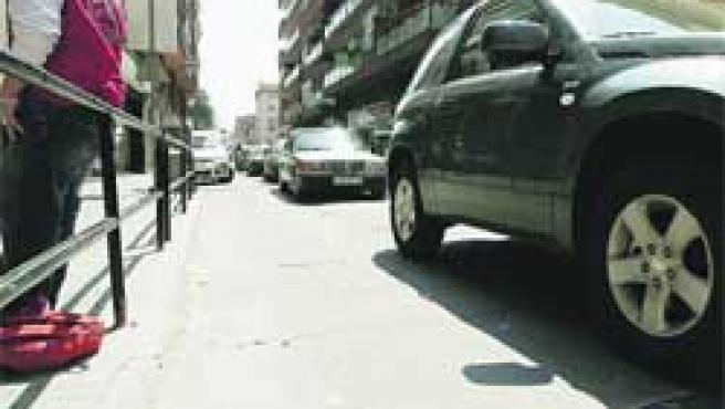 Cola de coches para pasar por encima de una de las bandas rugosas de la calle Saragossa.(Hugo Fernández)