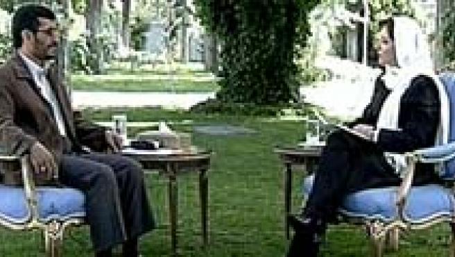 Mahmud Ahmadineyad, en un momento de su entrevista con Pepa Bueno, con un velo blanco.