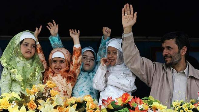 El presidente Ahmadinejad saluda junto a unas niñas con prendas islámicas (Foto: STRINGER / REUTERS).