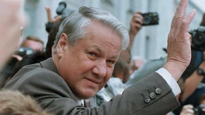 El presidente ruso Boris Yeltsin saludando a sus seguidores el 20 de agosto de 1991 cuando encabezó el enfrentamiento contra los golpistas (REUTERS/Michael Samojeden)