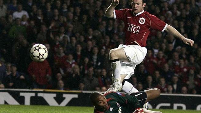 Wayne Rooney marca su primer gol superando a Dida. (Reuters)