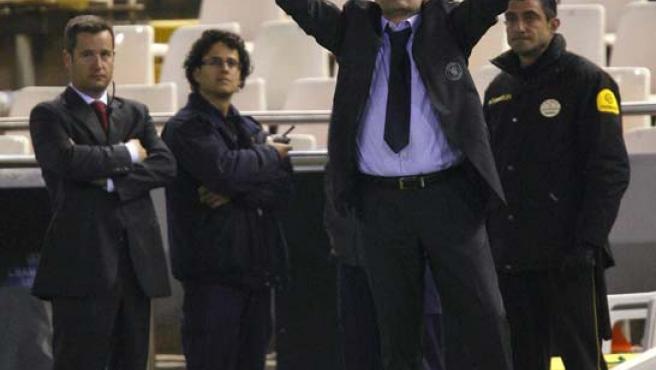 Mourinho, cuando era técnico del Chelsea, celebra en Mestalla una victoria sobre el Valencia.