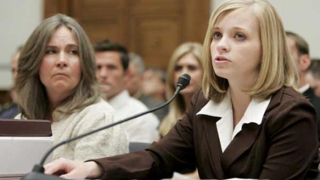 Jessica Lynch presta declaración; a su izquierda, Mary Tillman, madre del soldado Pat Tillman (EFE/SHAWN THEW)