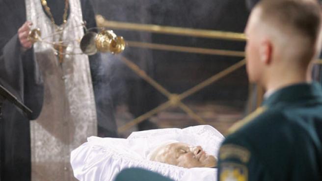 El féretro con el cuerpo de Boris Yeltsin, durante la misa fúnebre oficiada este martes. (REUTERS)