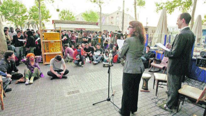 Concentració, ahir a la tarda, davant la Universitat Pirata, on es van fer les primeres activitats. (Hugo Fernández)