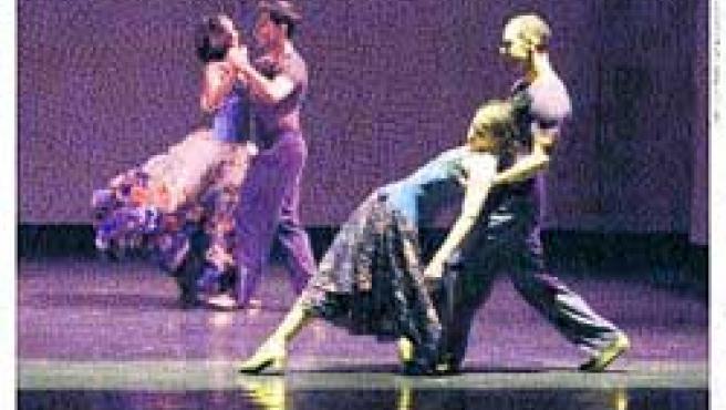 Bailarines de la compañía Mimulus en dos momentos del espectáculo.