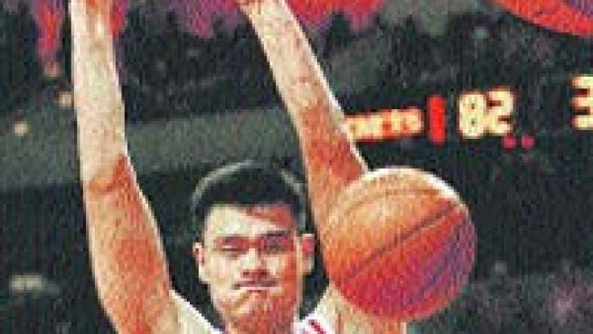 No es difícil colgarse del aro para los 2,26 m del pívot de los Rockets Yao Ming. (EFE)
