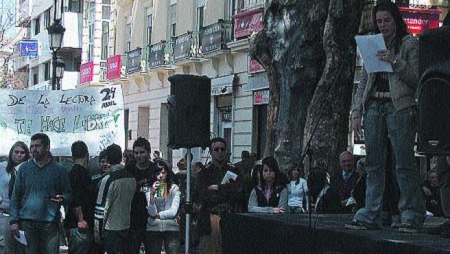 Varias plazas como la de Bib Rambla o la del Campillo acogieron lecturas públicas de alumnos de institutos de la capital (Torres).