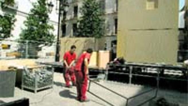 Los operarios comenzaron ayer el montaje de la cruz en la plaza del Carmen (Torres).