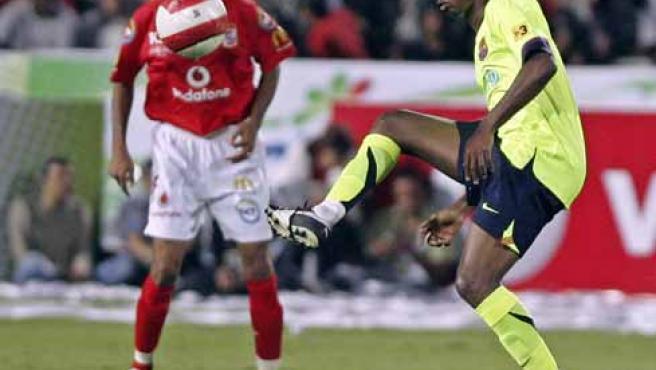 Samuel Eto'o toca el balón durante el partido en El Cairo.