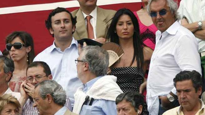 A la la derecha, Flavio Briatore, acompañado por su novia y Alejandro Agag durante una corrida de toros de la Feria de abril de Sevilla.