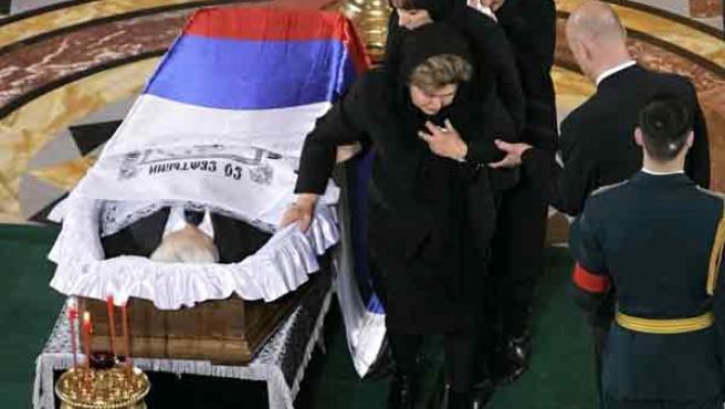 La viuda de Yeltsin, Naina (en primer plano), su hija Tatina (en medio) y la hermana de Naina, junto al féretro que contiene el cuerpo del ex presidente ruso.
