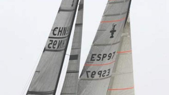 """El """"Desafío Español 2007"""" y el """"China Team"""" en la Copa Louis Vuitton. (Efe)"""