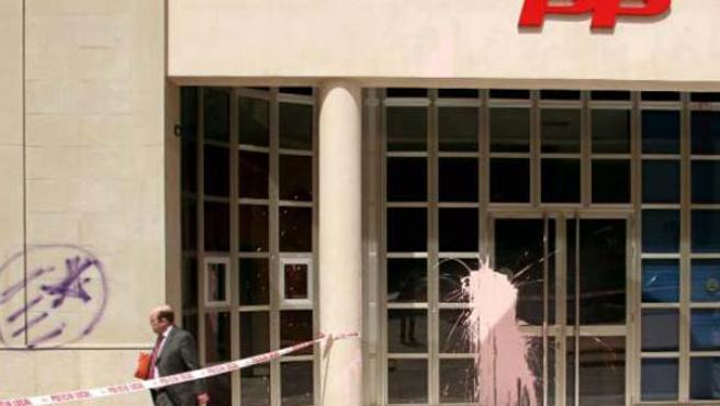 """Unos desconocidos arrojaron pintura y marcaron la fachada con """"símbolos radicales""""."""