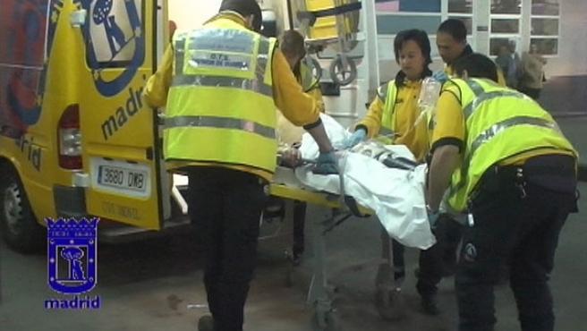 Facultativos del Samur atienden al varón de 57 años herido de gravedad en Mirasierra (AYUNTAMIENTO DE MADRID)