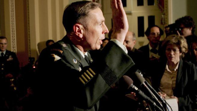 El jefe de las fuerzas de Estados Unidos en Irak, el general David Petraeus, se despide de los periodistas, después de presentar un informe ante los congresistas sobre la situación en Irak. (EFE).