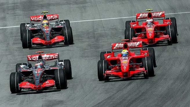 El McLaren de Alonso y el Ferrari de Massa en una imagen de archivo en el pasado Gran Premio de Malasia.