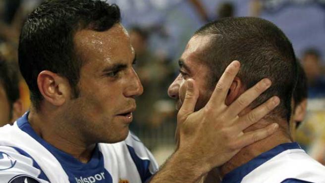 El jugador del RCD Espanyol Moisés Hurtado felicita a su compañero Walter Pandiani con un beso. (Efe)