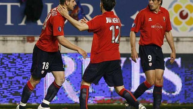 Roberto Soldado (i) celebra con Juanfran (c) y Milosevic el gol. (Efe)