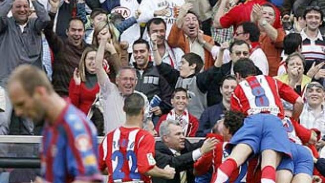 Varios jugadores del Atlético y su entrenador, Javier Aguirre, celebran un gol de Torres (ARCHIVO).