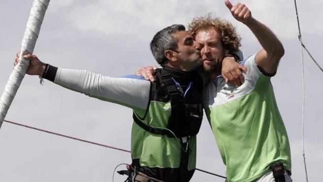 Dos tripulantes del ''Desafio Español'' celebran la victoria en la jornada de la Copa Louis Vuitton disputada en Valencia (Efe).