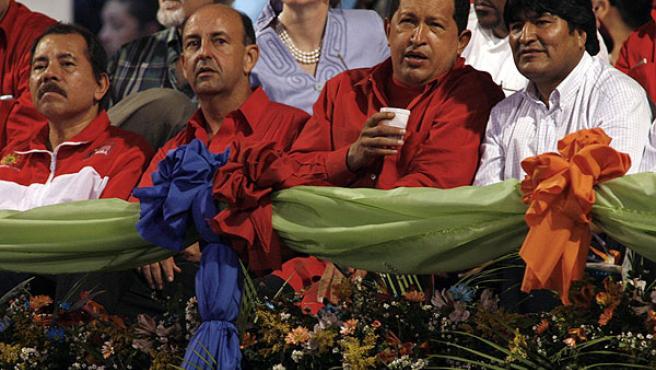 Morales y Chávez, acompañados del presidente de Nicaragua, Daniel Ortega, primero por la izquierda, en la última Cumbre del ALBA (ARCHIVO)