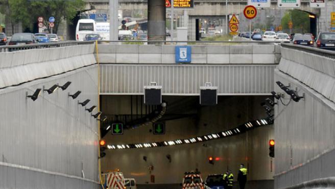 El paso inferior que une la A-3 con la M-30, tuvo que ser cerrado tras la tromba de agua que cayó el sábado en Madrid (EFE/ KIKO HUESCA)