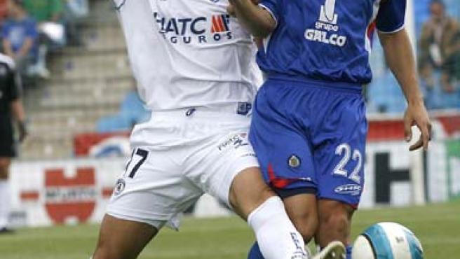 El centrocampista español del Getafe, Javier Casquero (d), disputa un balón con el delantero argentino de la Real Sociedad, Germán Herrera (i) (Efe)