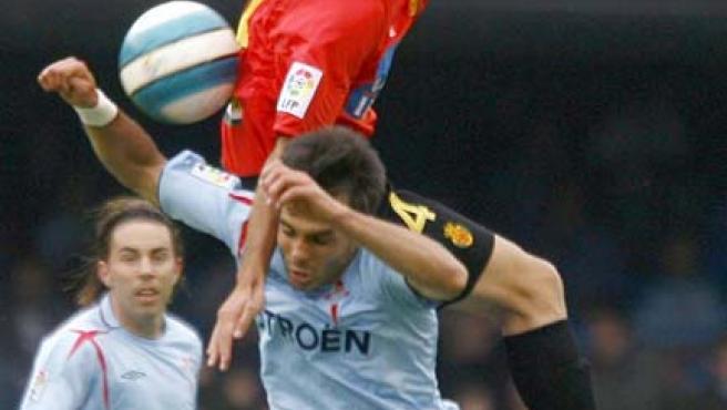 El centrocampista del Celta de Vigo, Borja Oubiña, disputa un balón con el centrocampista argentino del Mallorca, Ariel Pereyra. (Efe)