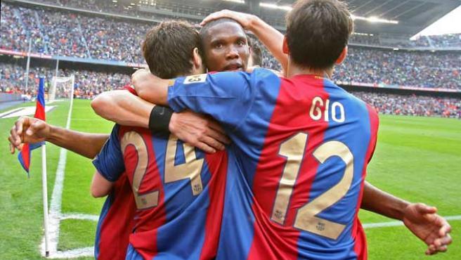 Los jugadores de FC Barcelona, Samuel Eto''o, Giovanni van Bronckhorst (d) y Andrés Iniesta (i), celebran el gol marcado frente al Levante (Efe).
