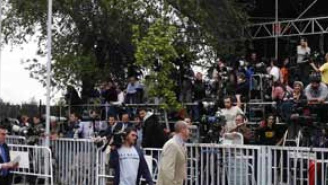 La prensa aguarda a la afueras del Ruber (Reuters).