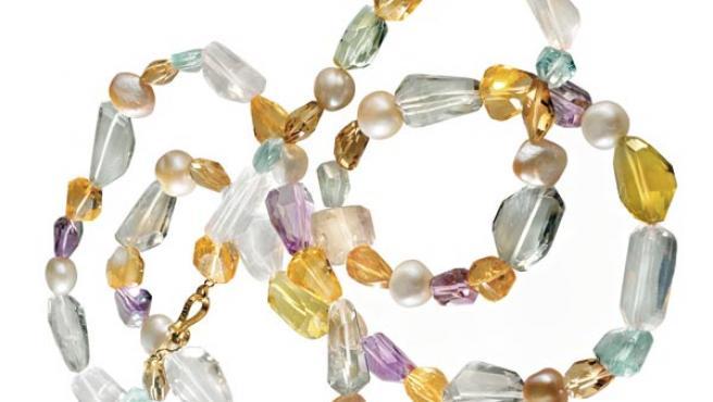 Collar de perlas cultivadas y gemas: citrinos, cuarzos, aguamarinas y amatistas. De Tous.