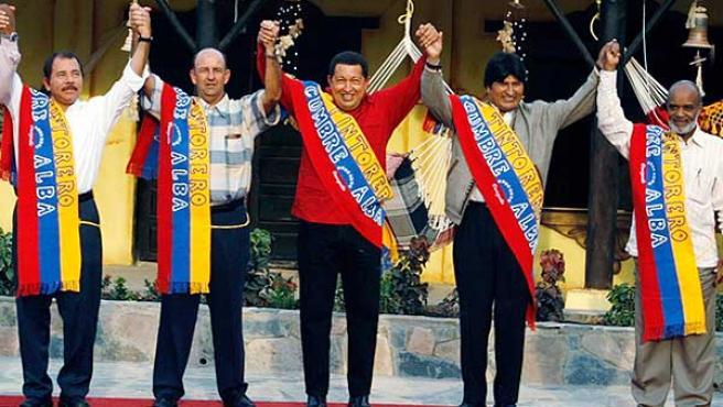 De izquierda a derecha Daniel Ortega, Carlos Lage, Hugo Chávez, Evo Morales y René Préval en la Cumbre del ALBA. (Foto: JORGE SILVA / REUTERS).