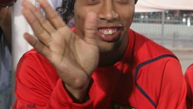 Ronaldinho saluda en una foto de archivo. (Efe)