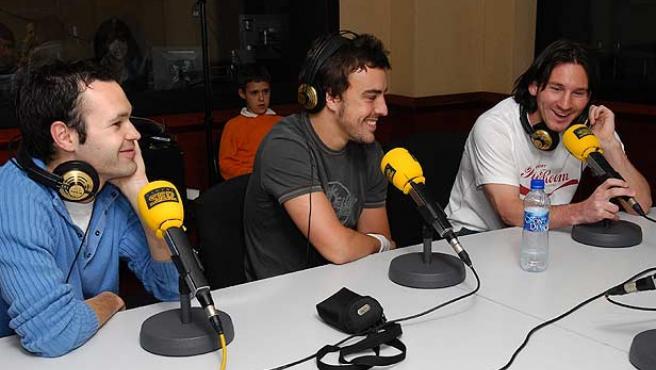 Iniesta (i), Fernando Alonso (c) y Messi durante el programa'El Larguero' de la Cadena Ser.
