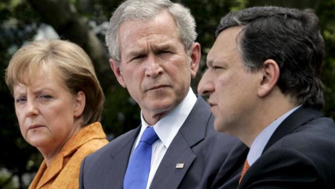 La canciller alemana y presidenta de turno de la UE, Angela Merkel, el presidente de EEUU, George W. Bush, y el presidente de la Comisión Europea José Manuel Durao Barroso, el lunes en Washington. (EFE).