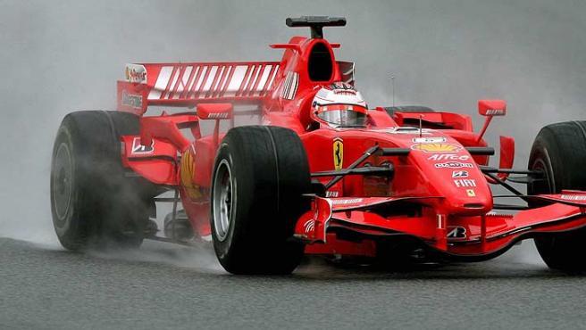 Kimi Raikkonen rueda con su Ferrari en Montmeló. (Efe)