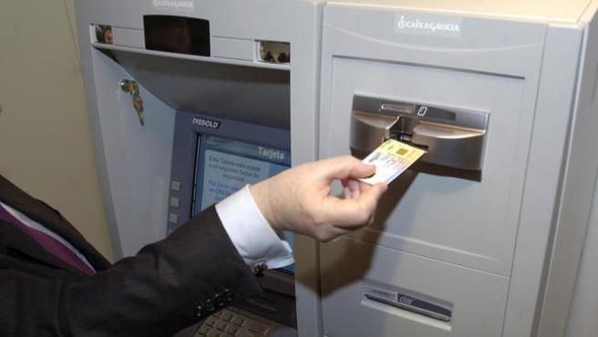 El DNIe ya sirve para sacar dinero en Caixa Galicia. (M. FUENTES)