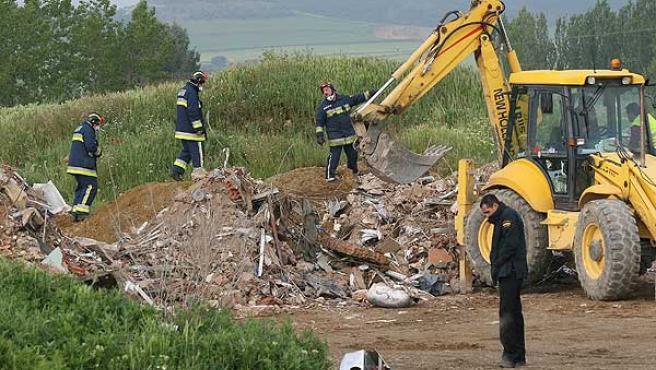 Policías y bomberos revisan los escombros del edificio palentino (Brágimo / EFE).