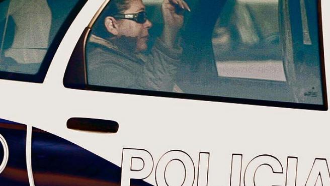 Isabel Pantoja en un coche de la Policía (JON NAZCA / REUTERS).