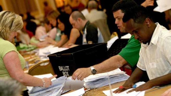 Actividad en un colegio electoral inglés. (Foto: AP)