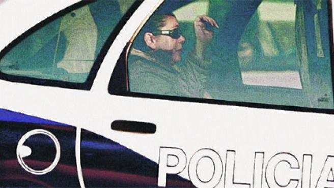 «Destrozada», según sus abogados, y con gafas de sol, Isabel Pantoja era conducida ayer desde la comisaría de Málaga a los juzgados de Marbella (Reuters).
