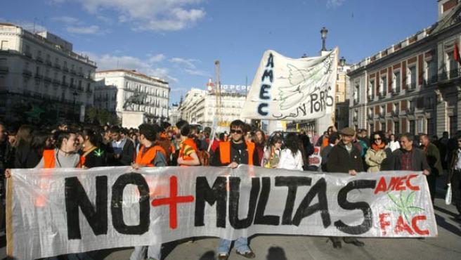 Un grupo de jóvenes portan una pancarta en la manifestación de la Marcha Mundial de la Marihuana 2007 en Madrid