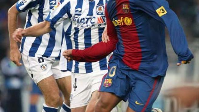 Ronaldinho (d), controla un balón ante el centrocampista de la Real Sociedad, Gaizka Garitano (i) (Efe).