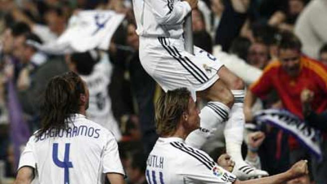 El centrocampista inglés del Real Madrid, David Beckham, celebra con Sergio Ramos y Guti el gol al Sevilla. (Efe)